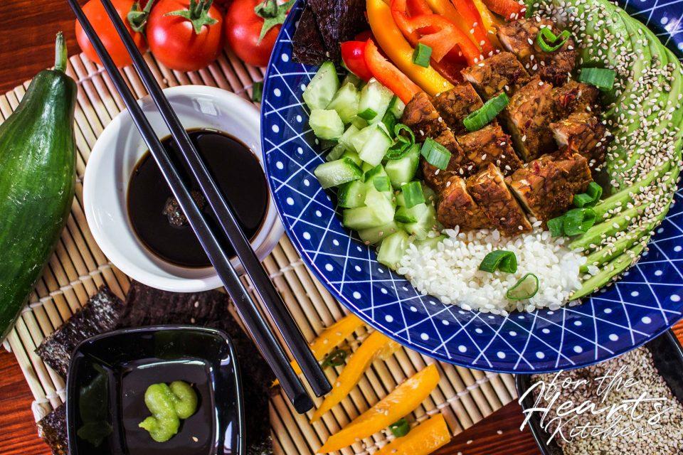 Sushi-Bowl mit spicy Erdnuss Tempeh