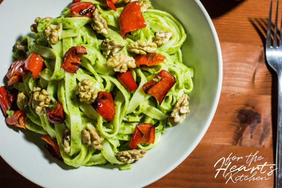Avocado Pesto Pasta mit gerösteten Paprikawürfeln und Walnusskernen