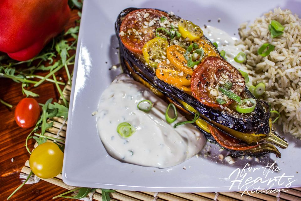 Geröstetes Auberginen Tomaten Sandwich mit Tahini Joghurt Dip