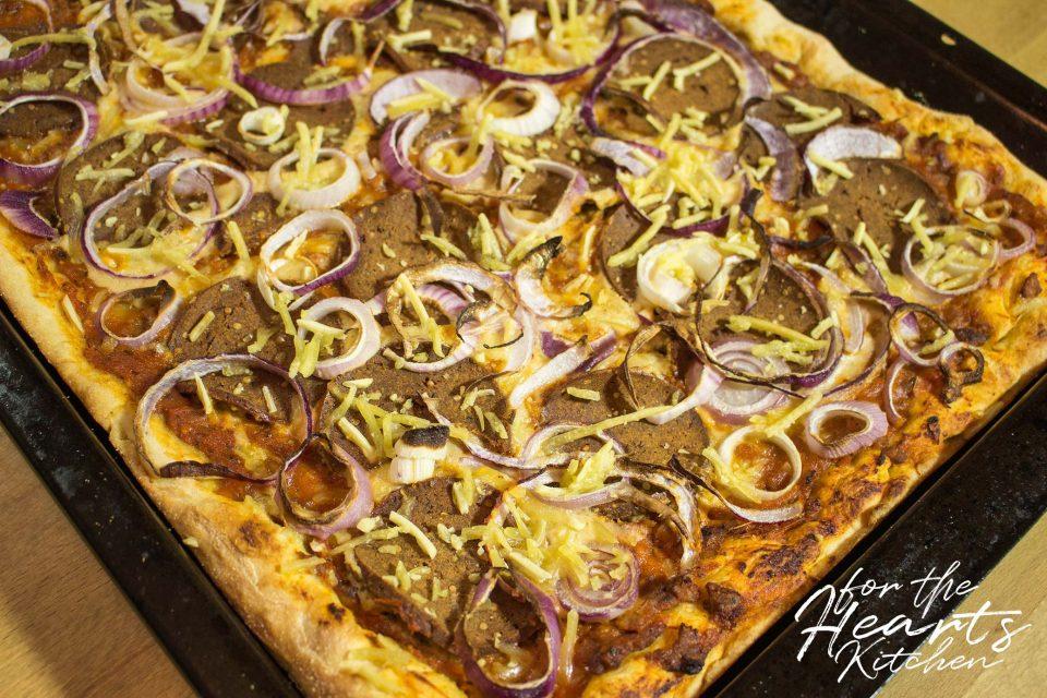Pizza Mafiosa mit gerösteter Hackfleisch-Tomatensoße, Cashew Käsecreme, Chorizo Seitan Salami und roten Zwiebeln