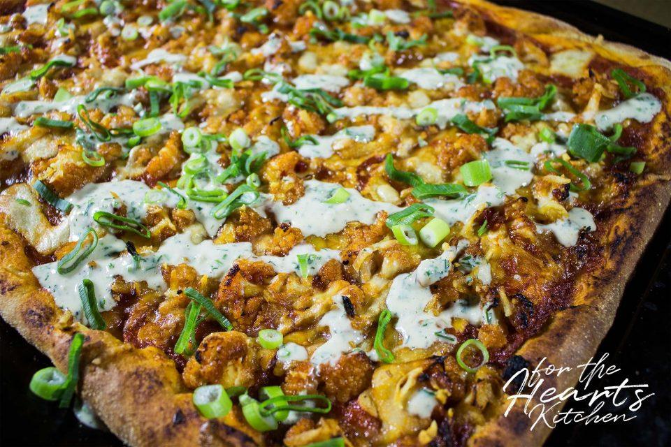 Vegane Buffalo Style Blumenkohl Pizza mit cremigem ölfreien Ranch Dressing