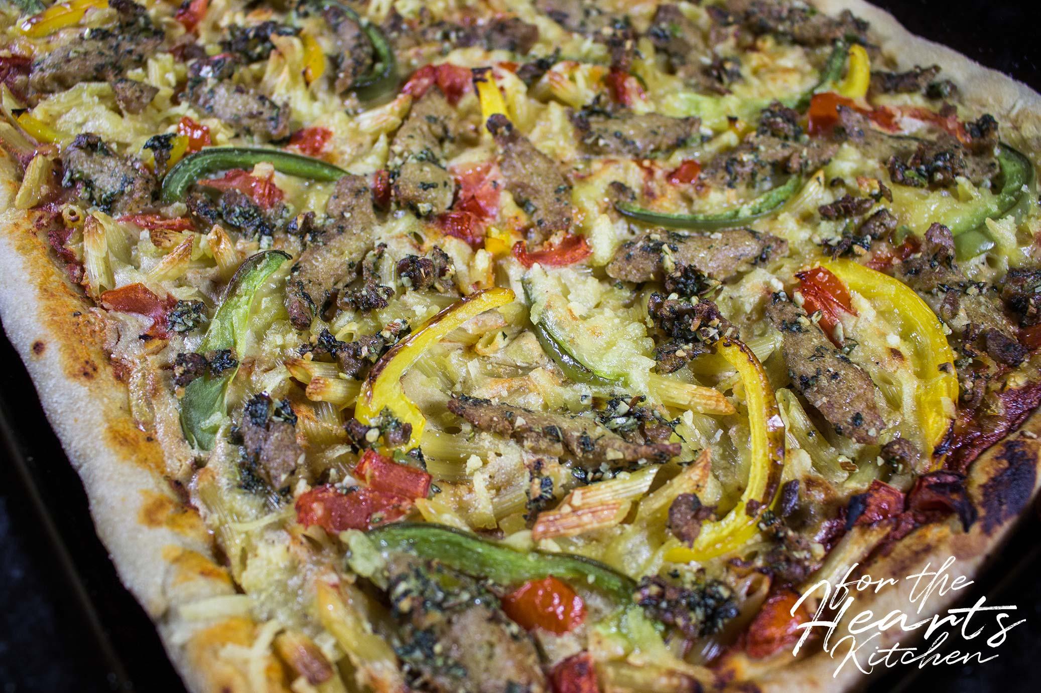 Vegane Pizza Pasta mit in Basilikum-Pesto marinierten Soja ...