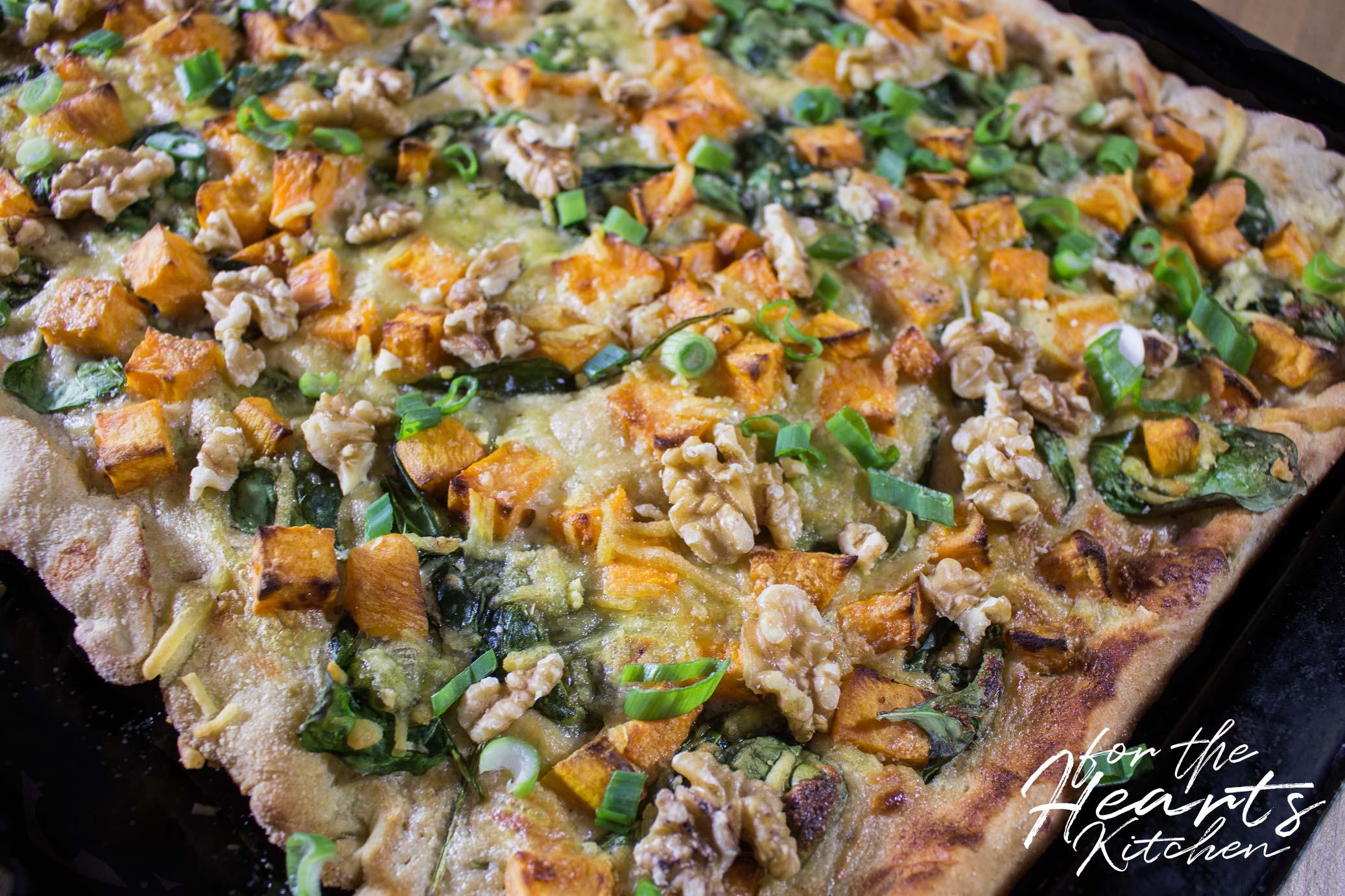 White Pizza mit Süßkartoffelwürfeln, frischem Babyspinat ...