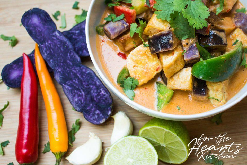Rotes Thai Curry mit Auberginen, Vitelotte, Paprika und gebackenem Tofu