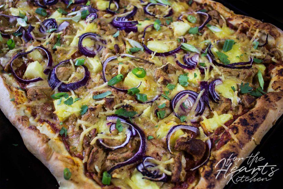 Vegane BBQ Chicken Pizza mit frischer Ananas und roten Zwiebeln