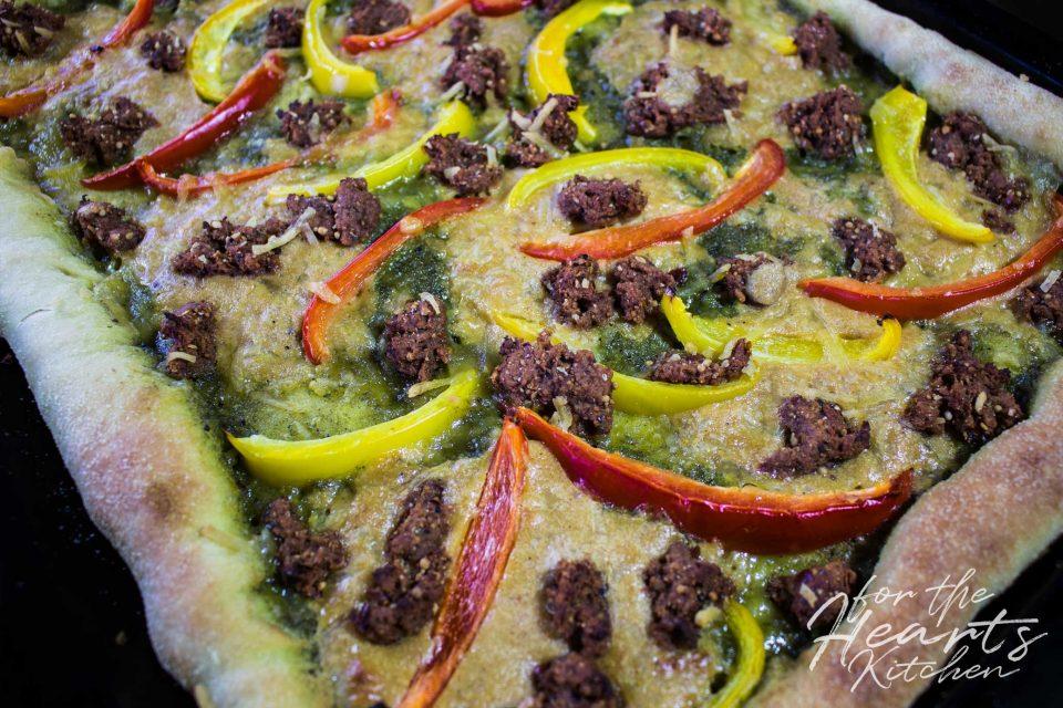 Pizza alla Genovese mit Basilikum-Pesto, Seitan Chorizo und Paprikastreifen