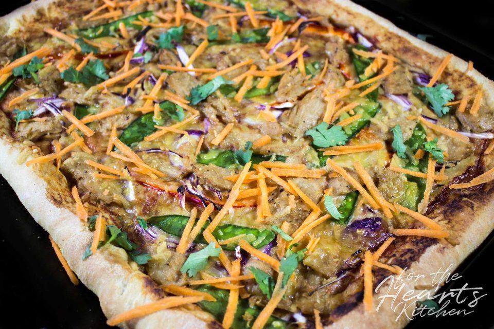 Sweet-Chili Asiastyle Pizza mit veganen Hühnchenstreifen, Paprika, Zuckerschoten, roten Zwiebeln, und geraspelten Möhren