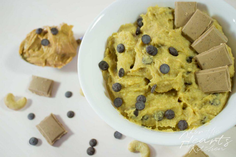 Chocolate Chip Peanutbutter Cookie Dough Hummus – Die köstliche leichtere Keksteig Alternative zum direkt Löffeln