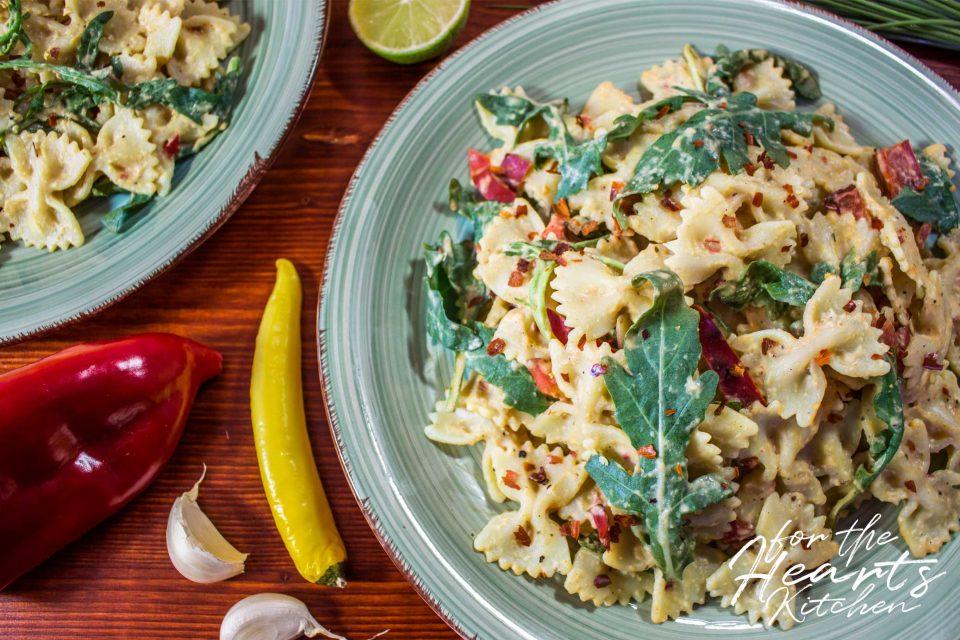 Cremige Hummus Pasta mit gerösteter Paprika und frischem Rucola – Perfekt als Nudelsalat oder Hauptgericht