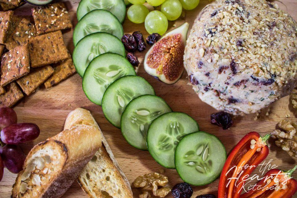Veganer Cranberry Dill Cheese Ball im Walnussmantel – Die kräftig fruchtige Frischkäse Alternative