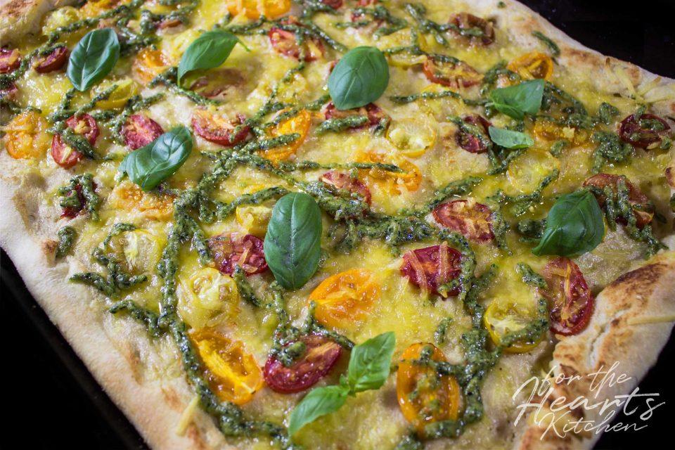 White Pizza mit Cashew Mascarpone, Cherrytomaten und Basilikum Pesto Drizzle