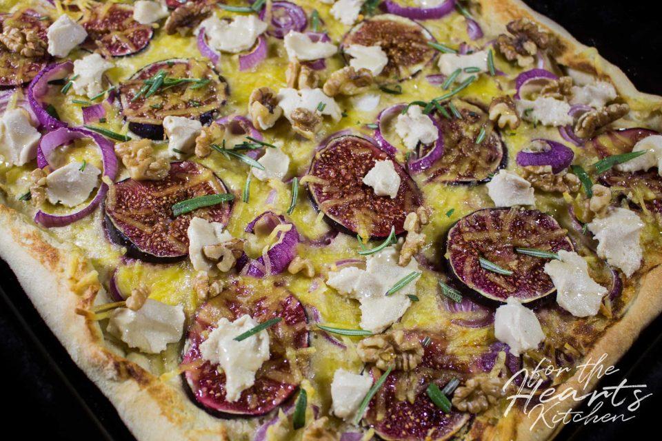 White Pizza mit gerösteter Knoblauch-Cashew Mascarpone, Feigen, roten Zwiebeln, veganen Ziegenfrischkäsetupfen, Walnüssen, Rosmarin und Karamell