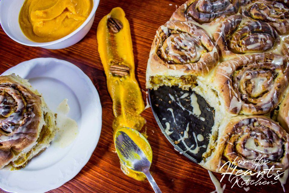 Vegan Pumpkin Pecan Cinnamon Rolls – Vegane Kürbis-Pekannuss-Zimtschnecken