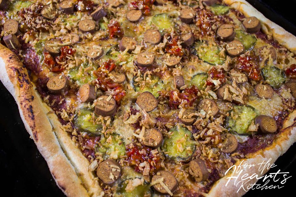 Vegane Hot Dog Pizza mit scharf süßem homemade Jalapeño Relish