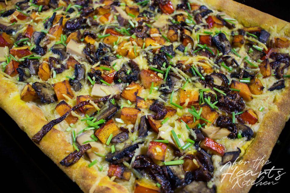 Kürbis Pizza mit Kürbis-Pizzateig, Räuchertofu, gerösteten Kürbiswürfeln, Champignons, Cashew Mascarpone und karamellisierten Zwiebeln