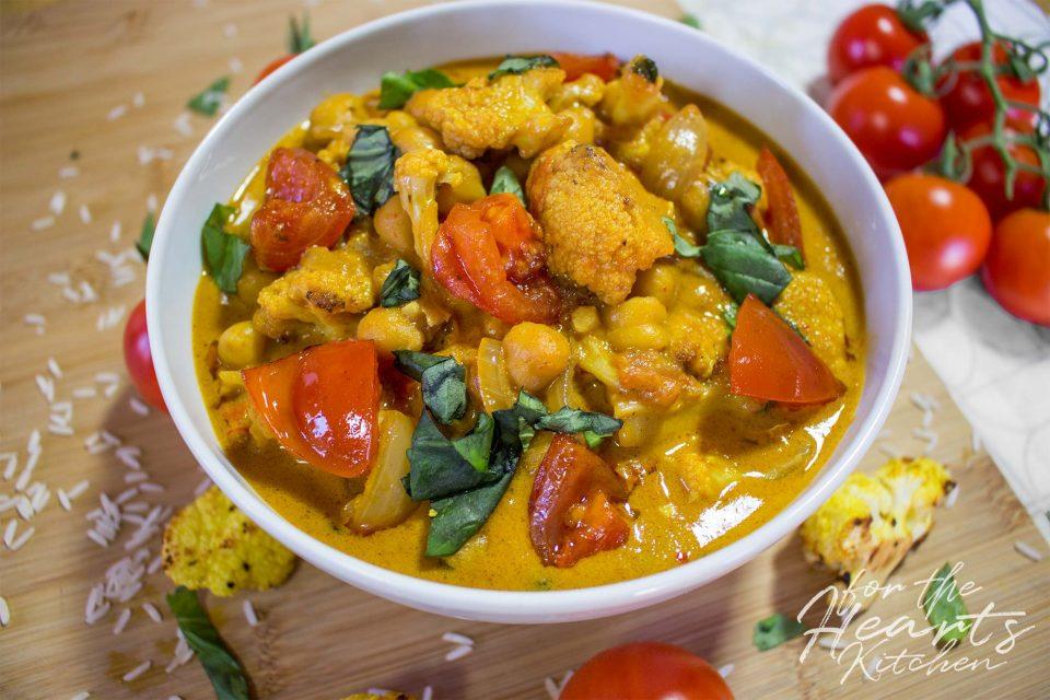 Gelbes Kichererbsen Curry mit geröstetem Blumenkohl