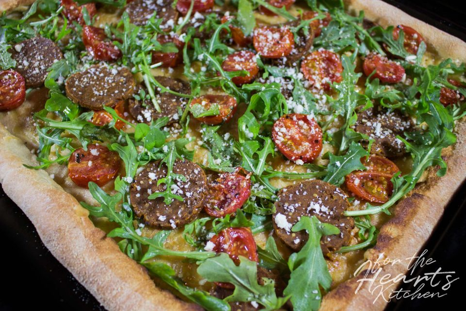 White Pizza mit Ofen gerösteten Cherrytomaten, Peperoniwurst, Rucola und Parmesan