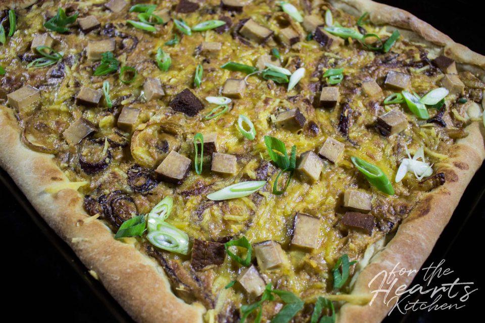 Pizza alla Zwiebelkuchen mit Räuchertofu und jede Menge Zwiebeln