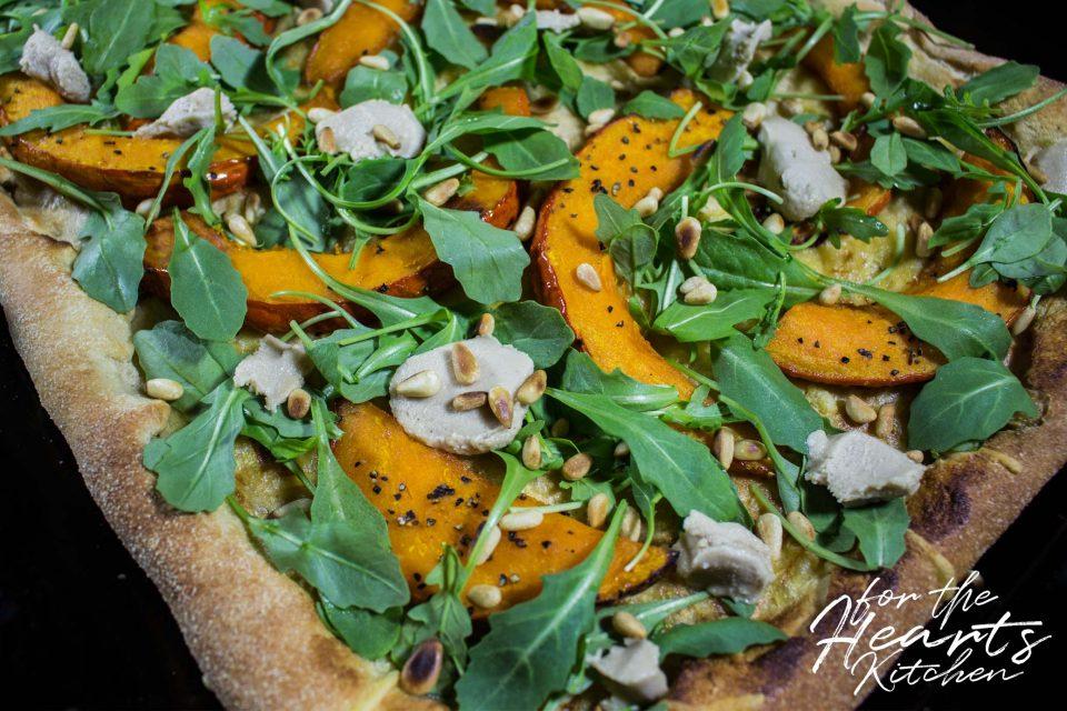 White Pizza mit karamellisiertem Kürbis, veganen Ziegenfrischkäsetupfen, Cashew Mascarpone, Rucola und gerösteten Pinienkernen