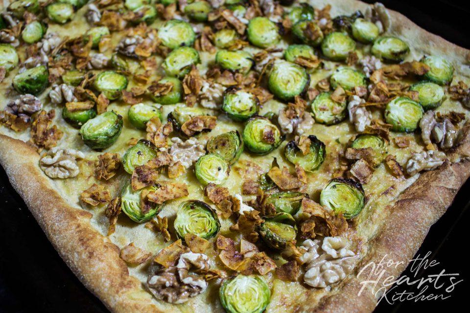 White Pizza mit karamellisiertem Rosenkohl, Kokos Bacon, Cashew Mascarpone und Walnüssen