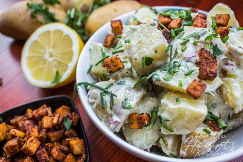 Sommerlicher veganer Kartoffelsalat mit Zitronen-Joghurtdressing und krossem Tofu Bacon