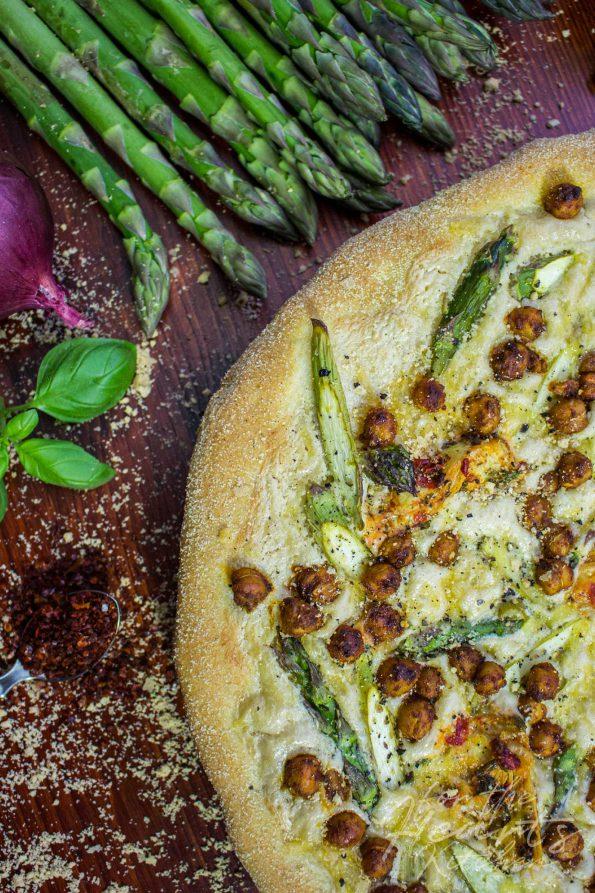White Pizza mit mariniertem grünem Spargel, Cashew Mascarpone, Ofen gerösteten Sriracha Kichererbsen und Artischocken