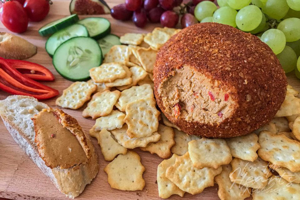 Spicy vegan Jalapeño Cheese Ball im feurigen Walnussmantel – Die feurig vegane Frischkäse Alternative