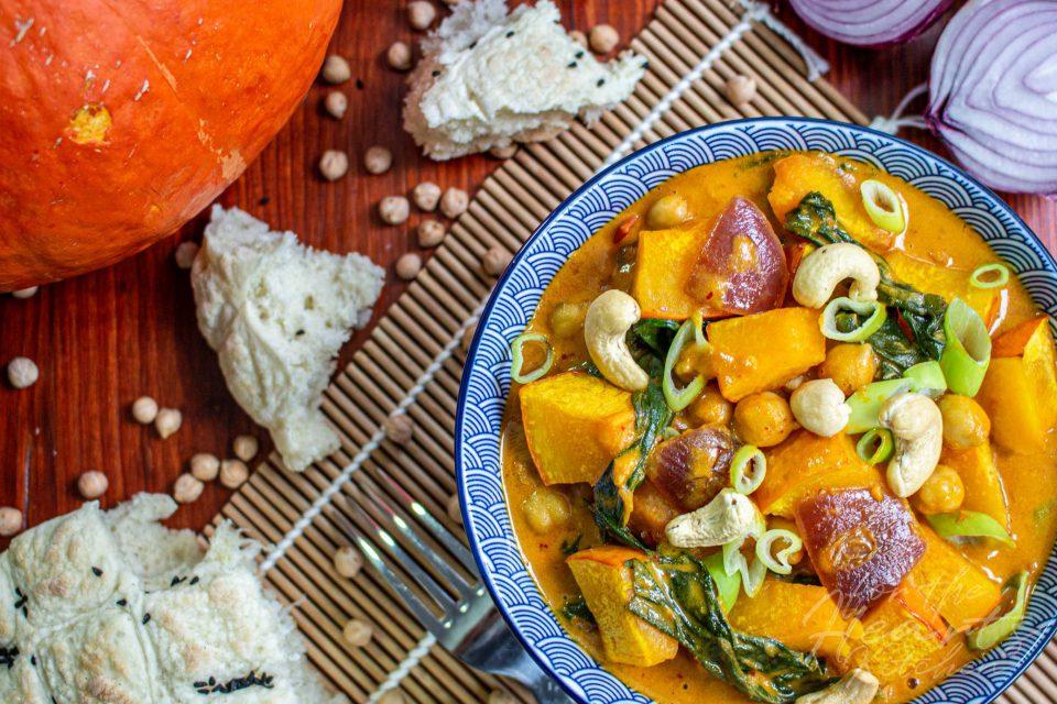 Gelbes Kichererbsen Curry mit geröstetem Kürbis und Blattspinat