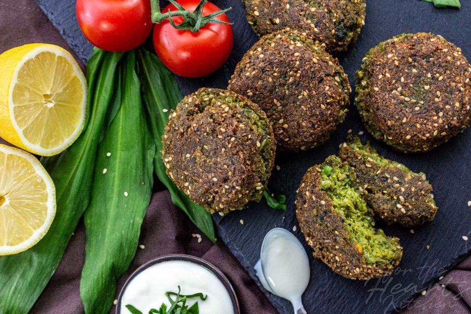 Bärlauch Sesam Falafel mit erfrischendem Tahini Joghurt Dip