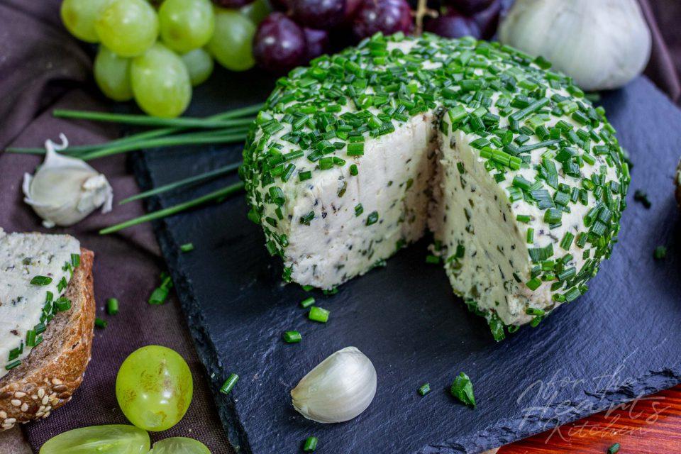 Knoblauch Schnittlauch Cheeseball – Die vegane Käse / Frischkäse Alternative