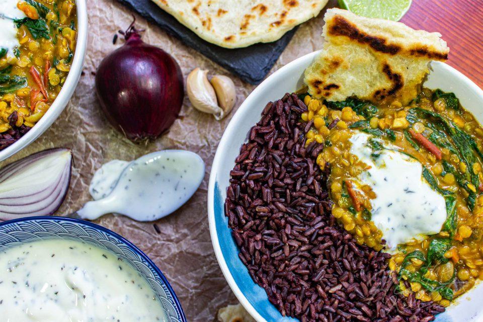 Indisches Spinat-Linsen-Dal mit Minzjoghurt
