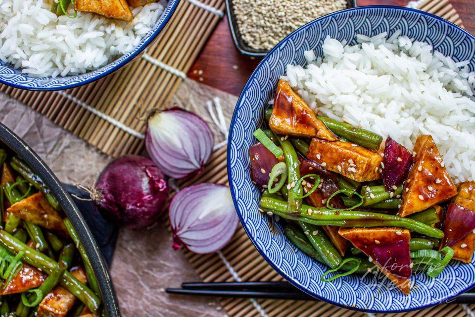 Knuspriger Sweet Chili Tofu mit grünen Bohnen