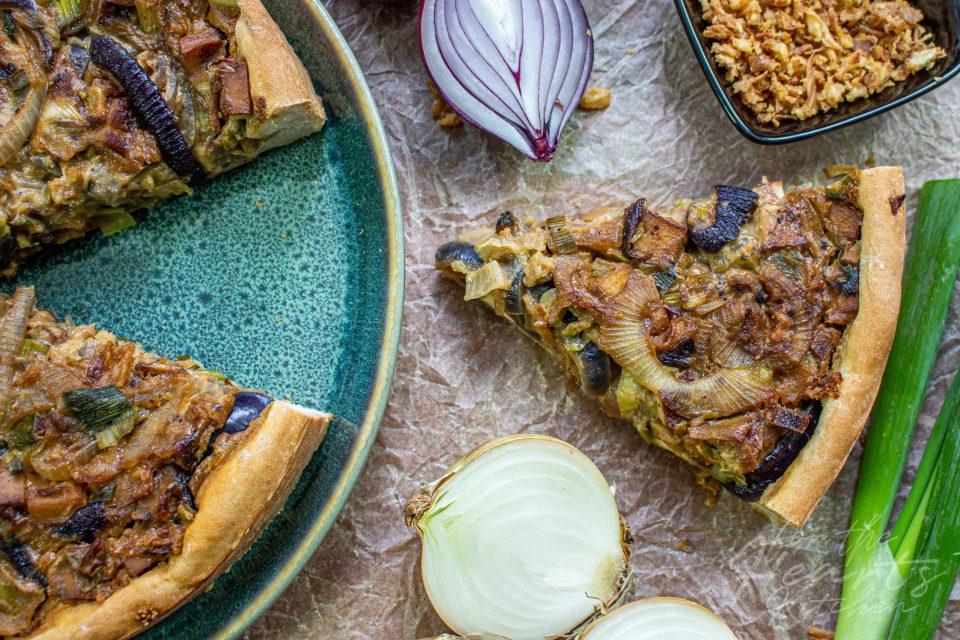 Veganer Zwiebelkuchen mit dreierlei Zwiebeln und Räuchertofu
