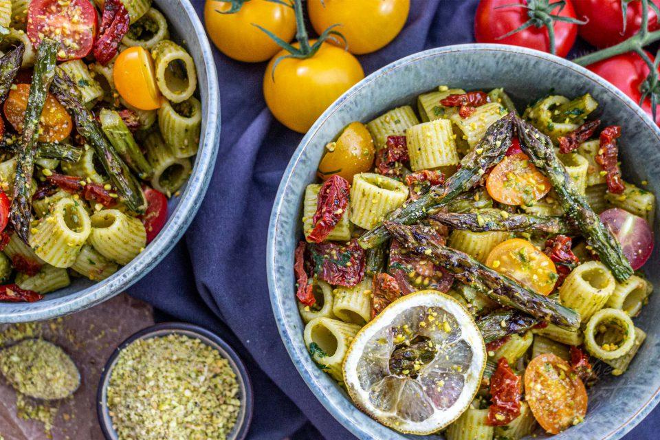 Pistazienpesto Nudelsalat mit geröstetem grünen Spargel, getrockneten Tomaten und Pistazien Parmesan [Werbung/Kooperation]